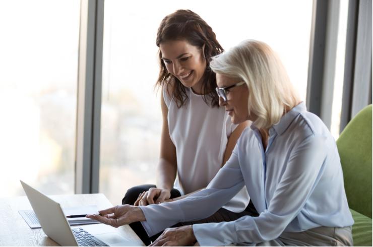 Deux conseillères, dans un bureau, regardant les résultats des marchés financiers sur un ordinateur portable