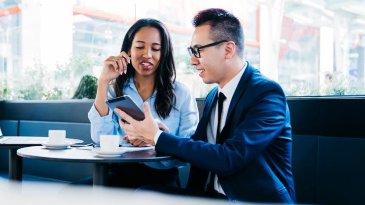 Conseiller montrant des informations à sa cliente à partir d'un téléphone intelligent